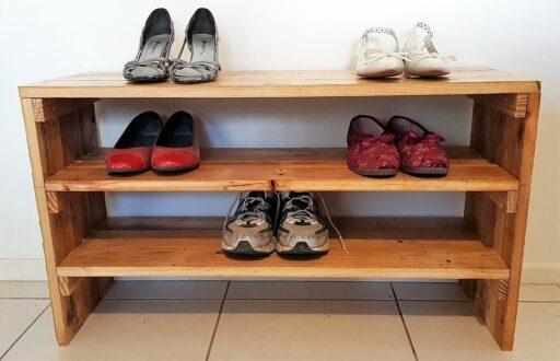 Mueble zapatero de madera reciclada